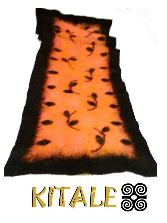 Echarpe delgado realizado con vellón corriedale y aplicaciones de tela de fieltro y lana.