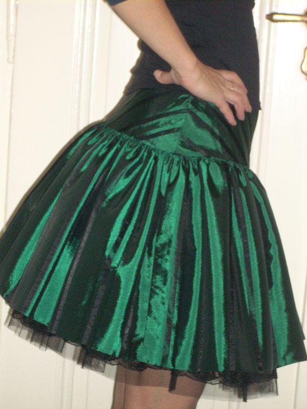 Taftová sukýnka Taftová sukně s černými vytkanými pruhy. Sukně je nabraná do sedla, s tylovou spodničkou. Na tylu je černá krajka, sedlo dvojité se skrytým zipem. Velikost 38, ale je možné ušít v jiné velikosti i délce. Krásná by byla i dlouhá plesová...