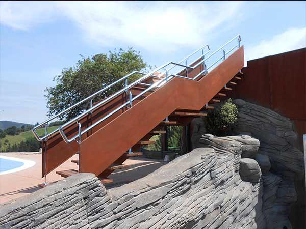 Diseño, fabricación y montaje de escalera en un Camping de Deba para facilitar el acceso al solarium ubicado en la azotea del edificio contiguo. #escalera #stair #camping #design #solarium #gipuzkoa