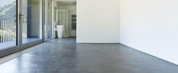 Para eliminar problemas no piso, basta seguir um passo a passo cuidadoso que envolve a aplicação de juntas de dilatação, execução de camada drenante em brita e adição de impermeabilizante à argamassa de regularização