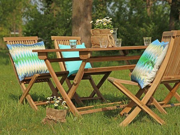 Houten tuinset met klassieke stoelen en blauwe en groene tuinkussens