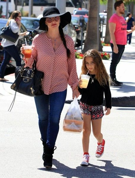 Kyle Richards Photos Photos - 'Real Housewives Of Beverly Hills' star Kyle Richards and her daughter Portia Umansky spotted out for lunch in Beverly Hills, California on September 28, 2015. Kyle came out and said that her and Kathy Hilton are not feuding over sister Kim Richards. - Kyle Richards & Daughter Portia Out For Lunch in Beverly Hills