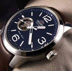 Montre Homme Orient DB0C004D, bracelet en cuir marron et boîtier en acier, cadran bleu avec une partie squelette.