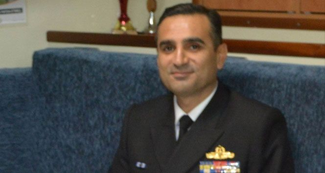 Erdek eski Mayın Filo Komutanı Tuğamiral Gökhan Polat, FETÖ soruşturması kapsamında gözaltına alındı. Balıkesir Cumhuriyet Başsavcılığı tarafından terör örgütü yöneticisi olmak suçundan hakkında gözaltı kararı verilen eski Erdek Mayın Filo Komutanı Tuğamiral Polat, İl Emniyet Müdürlüğü ekipleri tarafından gözaltına alındı.   #FETÖ #gözaltı #tuğamiral