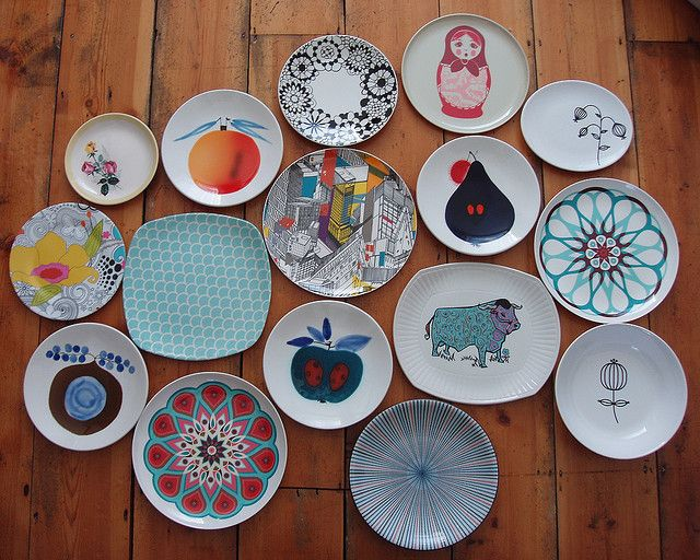 I am kind of obsessed with hanging plates. Especially wonderful, graphic-filled ones like these.