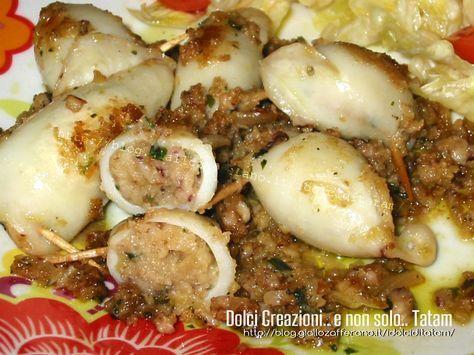 Calamari ripieni, cotti in padella sono un secondo piatto, veloce e gustoso: farciti con un ripieno preparato con i tentacoli dei calamari saltati in ...