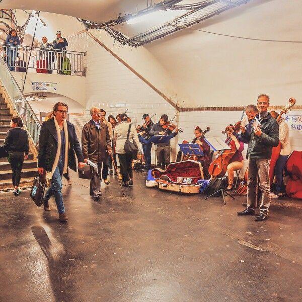 Это парижское метро. Музыканты, как видите, не мелочатся, играют целыми оркестрами. #parismetro