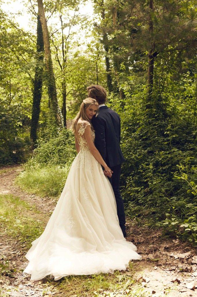 El vestido es sin mangas y con una gran falda de tul