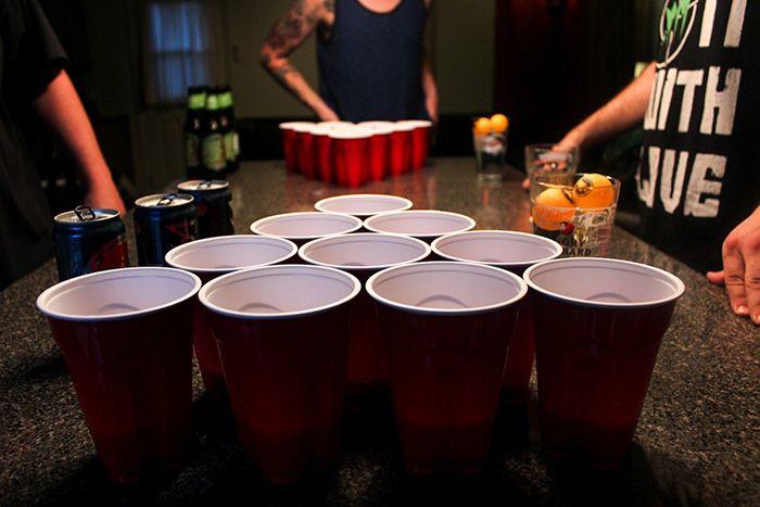 50 Jogos de beber que você PRECISA conhecer para animar qualquer encontro com a galera