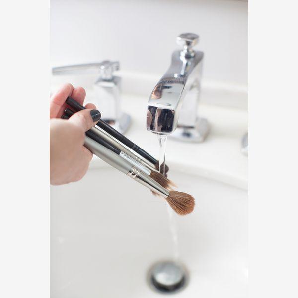 8 Βήματα για να Καθαρίσεις σωστά τα πινέλα του μακιγιάζ http://www.ediva.gr/8-vimata-gia-na-katharisete-sosta-ta-pinela-tou-makigiaz/