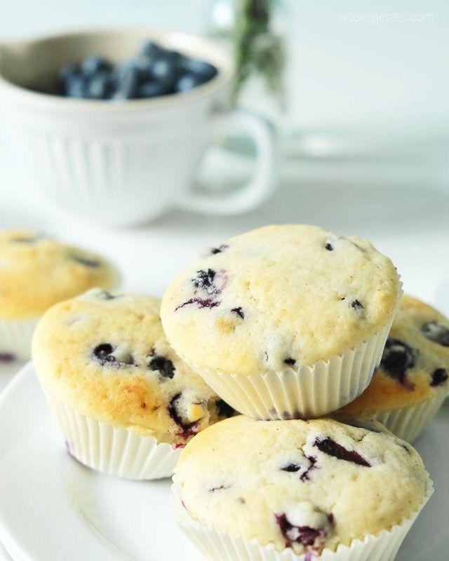 Rezept Blaubeer Buttermilch Muffins | recipe blueberry muffins | Blaubeer Buttermilch Muffins:  125 g weiche Butter 150 g Zucker 1 Päckchen Vanillezucker 1 Prise Salz 250 g Buttermilch 1 Ei 275 g Mehl 3 gestrichene TL Backpulver und natürlich 250 g Blaubeeren