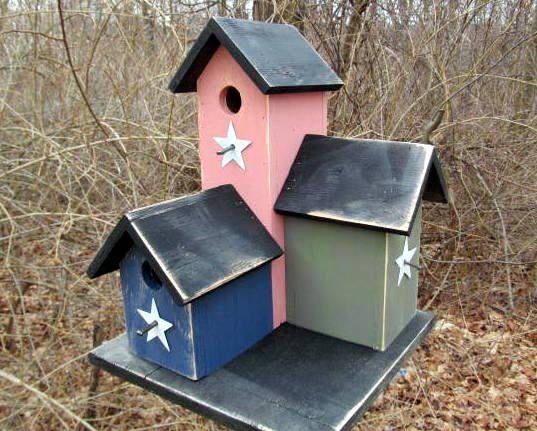 """Primitive Country Condo Birdhouse Dusty Rose Navy Olive Green Three Nesting Boxes As três caixas de nidificação oferecer abrigo no inverno e uma caixa perfeita para o assentamento na primavera.  As medidas inteiras condomínio aprox. 14 """"de altura por 10"""" de largura por 10 """"profunda empoeirado. Os três birdhouses foram pintadas rosa, marinho e verde oliva e do telhado e base foram pintados de preto.$45"""