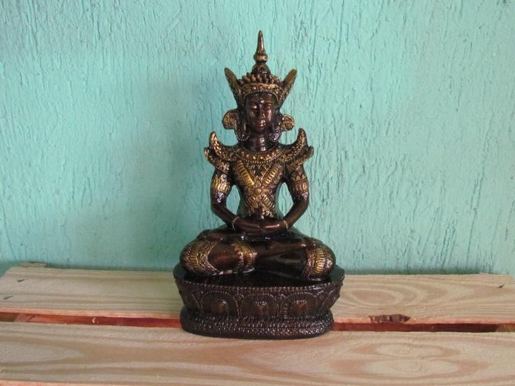 Sidartha Gautama 23CM - Dhyana Mudra Gesto da Meditação O canal nervoso associado com a mente da Iluminação (Bodhichitta) passa pelos polegares. Assim, juntando os dois polegares nesta postura, com a mão direita sobre a esquerda, é de um significado auspicioso para o futuro desenvolvimento da mente de iluminação. Associado à meditação do Buda Shakyamuni e do Dhyani-Buddha Amitabha.