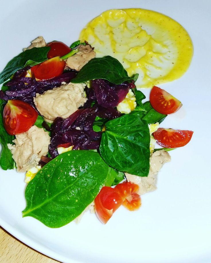 Зеленый салат с печенью трески, домашним майонезом и луковым мармеладом