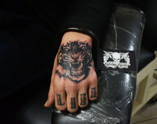 Tiger tattoo on hand #tiger #tigertattoo #kaplan #kaplan dövmesi #portrait #tattoo #portraittattoo #armtattoo #portre #dövme #portredövme #art #artist #design #sketch #kubilaykucuk #kubilayküçük #izmir