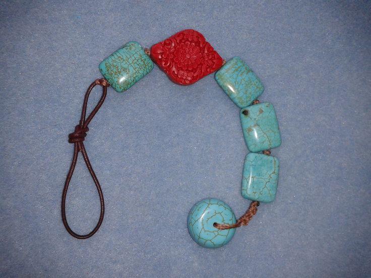 Pulseira em pastilhas turquesa e laca chinesa esculpida vermelha. Fecho em la�o infinito de couro verdadeiro e bot�o rondelle de turquesa.