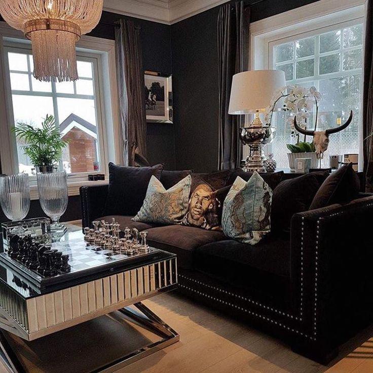Manhattan 3 seter sofa (sort) snart tilbake på lager   En nydelig sofa med god sittekomfort. Sofaen har lekre detaljer med nagler i sølvfarge og det følger med flere faste og løse puter.    Mål:  Lengde:  250 cm Dybde:  100 cm Høyde:  75 cm  Sittehøyde: 49 cm.  se mer på www.classicliving.no
