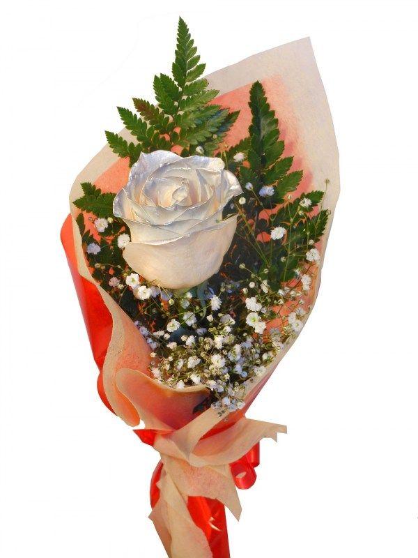 Rosa con los petalos plateados preparada para enviar a domicilio, visitanos en nuestra floristeria Graficflower y sorprendelos.
