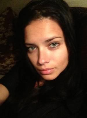 """ADRIANA LIMA (Top Model Brasileira): apesar de ocupar o posto mais alto do ranking das modelos mais sexy do mundo do portal """"Models.com"""", a top baiana Adriana Lima vive postando fotos no Twitter sem maquiagem. Foto: Twitter / Adriana Lima."""