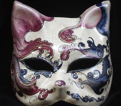 Ecco il nostro micio: Purple il Gatto! Maschera realizzata in cartapesta. Il disegno è realizzato con colori acrili a mano libera, rendendola quindi assolutamente unica. Infine, la maschera è impreziosita dalla tecnica dello screpolato.