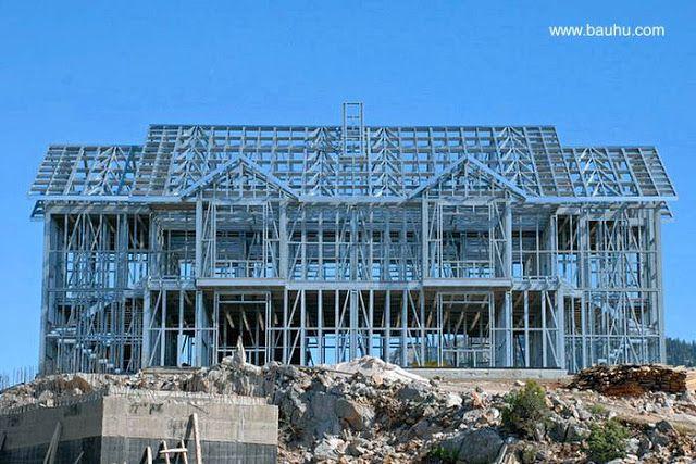 Sistema de construcción industrializado con metal ligero. Casa doble en construcción con Steel Framing