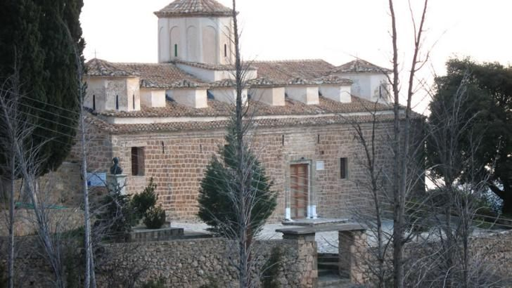 Άγιος Γεώργιος Ζάχολης. Ο ναός είναι βασιλική βυζαντινού ρυθμού με 17 τρούλους, έξι σε κάθε πλευρά του ναού, οι οποίοι συμβολίζουν τους 12 Αποστόλους, τέσσερις μεγαλύτεροι σε κάθε γωνία που συμβολίζουν τους 4 Ευαγγελιστές κι ένας κεντρικός, μεγαλύτερος όλων, που συμβολίζει τον Παντοκράτορα.  Η σκεπή στηρίχτηκε σε 36 κολώνες με κιονόκρανα βυζαντινού ρυθμού, ενώ το τέμπλο κατασκευάστηκε από την ξυλεία ενός και μόνο κυπαρισσιού κατά το θρύλο που συνοδεύει την ανοικοδόμησή του ναού (39 μέρες…