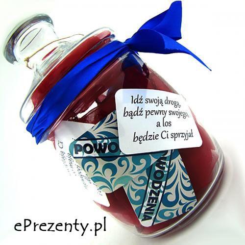 Bardzo oryginalnym prezentem w ramach podziękowań ślubnych dla rodziców jest słój życzeń. W środku wyłożony pięknym materiałem, a z zewnątrz zdobi go satynowa wstążka. Znajduje się w nim 14 karteczek z życzeniami. Na nim na sznurku zawieszona jest jedna z tekstem Waszego autorstwa. http://bit.ly/1sHxHDc