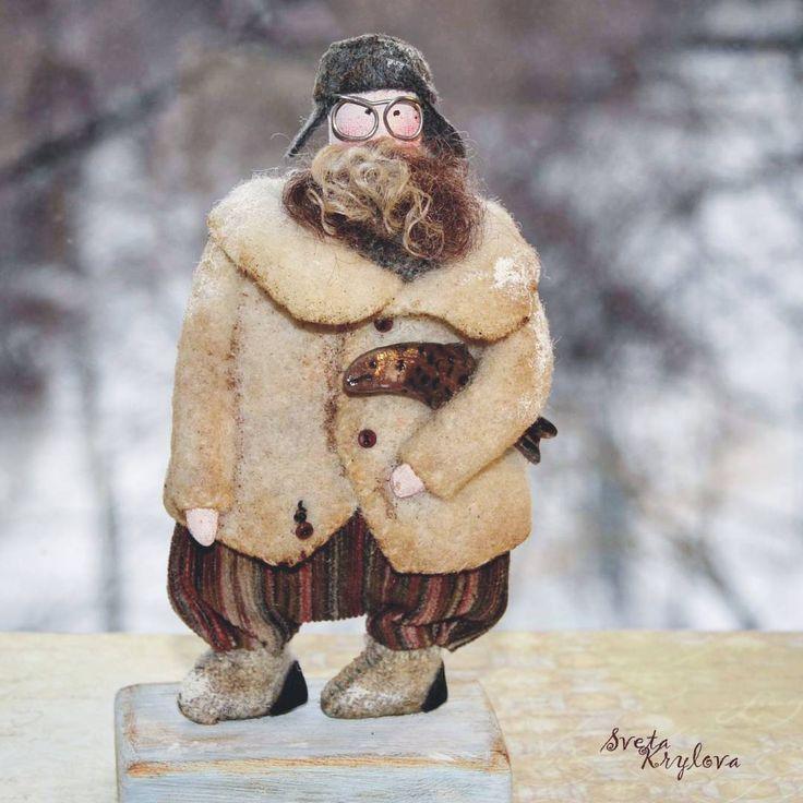 Снова мои любимые старички!  Бывший полярник ! В душе, конечно, не бывший - настоящий )) Рыбалку зимнюю любит. Бабка не пущает его , говорит , старый уже , по льду таскаться, а он упрямо идёт , все-равно!  Дедуся нашёл дом .  #авторскаяигрушка #авторскиеуклысветыкрыловой #рыбалка#рыба#рыбак #рыбакспечкибряк #грунтованныйтекстиль  #грунтованный_текстиль  #старик #старички #дедуся  #handmade #handmadewithlove #artists #art #fesh#grendfather