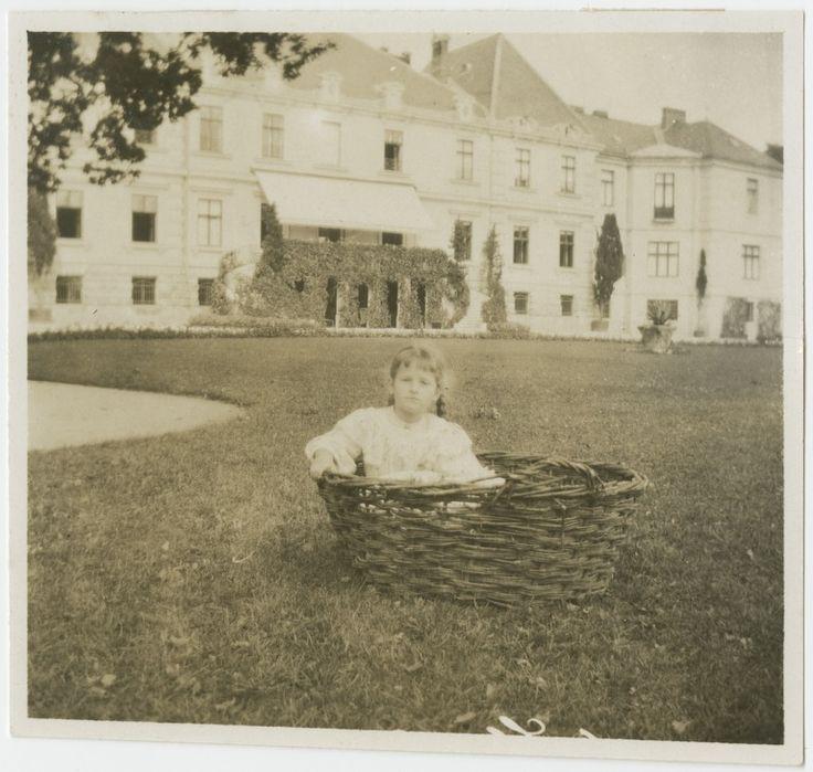 Adelajda Lanckorońska przed pałacem w Rozdole  PAUart