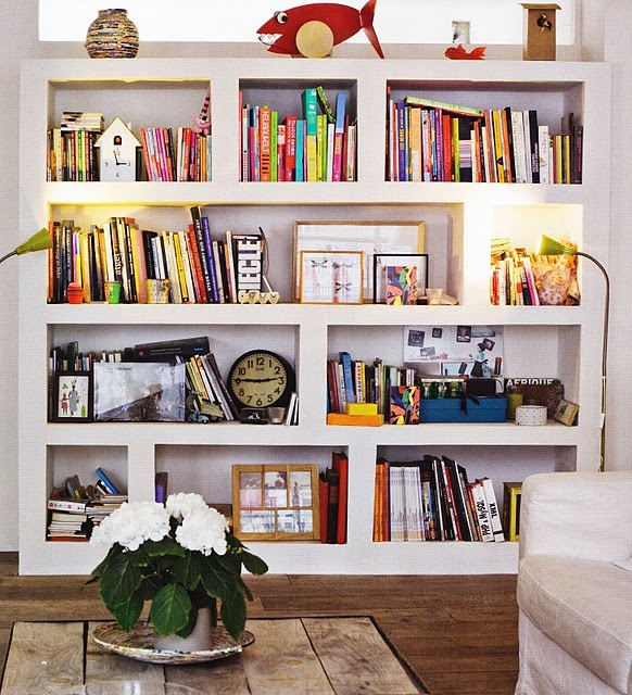 paint the back of the inside of the bookcases a contrasting colour  étagères moulées au platre