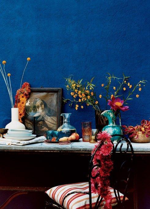 Klares Blau - perfekter Hintergrund für diese Blumendeko