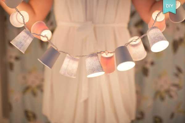 """#DIY : LA #GUIRLANDE LUMINEUSE  ✨ Je suis est allée dénicher pour vous une idée lumineuse sur le blog """"Organiser un mariage"""" ! Quelle soit rigolote, design, vintage, la lumière est le fil conducteur de la little room de votre enfant ! Elle permettra à votre enfant de rêver, d'inventer des histoires poétiques ou fantastiques.  Sublimer vous aussi cet objet de décoration grâce à ce tuto éblouissant"""