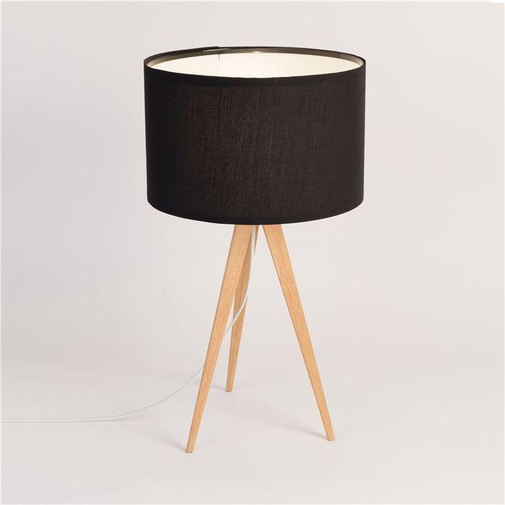De Zuiver Tripod tafellamp is een moderne, statige lamp met lange, slanke poten. Door deze hoogte verspreidt hij een prachtig licht. Zet hem op een hoge tafel of een bijzettafel in bijvoorbeeld de woonkamer. De lamp is gemaakt van metaal en textiel.