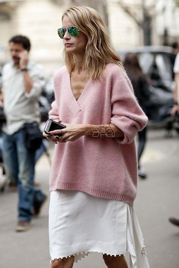 Look féminin avec un pull rose col V, un bracelet manchette doré et une jupe blanche >> http://www.taaora.fr/blog/post/idee-tenue-pull-rose-maille-douce-decollete-en-v-bracelet-dore-jupe-genoux-blanche