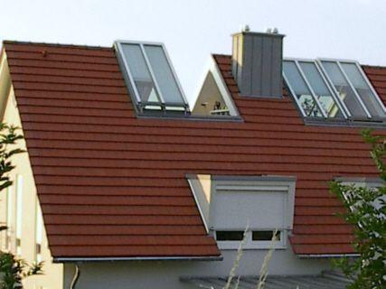 Unser Dachschiebefenster besteht aus einem Fensterflügel, welcher sich elektrisch anheben lässt. Sobald der erste Fensterflügel ganz aufgefahren ist, schiebt sich der zweite Fensterflügel platzsparend darunter.