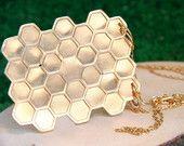 NR05 Dije Colmena Colección No Rain Disponible en nuestra tienda en #etsy  #beehive #colmena #dije #bronce #goldplatedbrass