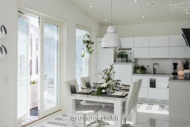 21 Omatalo Meriharakka - Keittiö ja ruokailutila @ Loma-asuntomessut Kalajoella