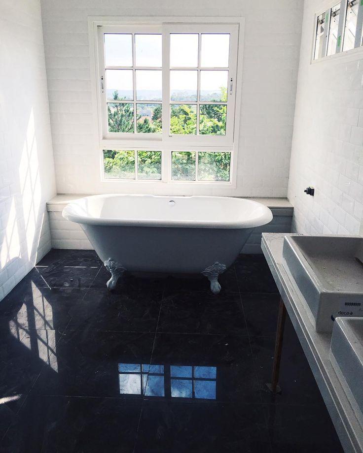 """""""Nessa foto dá pra ver como o banheiro superior tá ficando. Janelas francesas, banheira vitoriana e revestimento de """"tijolinhos"""" da @elianerevestimentos.…"""""""