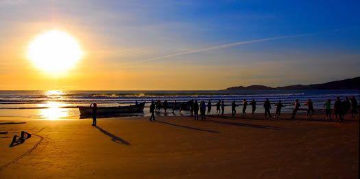 """Puesta de sol en Bombas y Bombinhas, dos playas """"vecinas"""", ubicadas en la bahía de Porto Belo."""