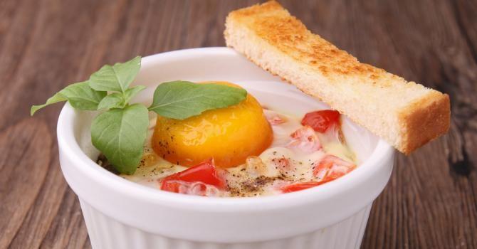 Recette de Œuf cocotte sur lit de tomate au chèvre . Facile et rapide à réaliser, goûteuse et diététique. Ingrédients, préparation et recettes associées.