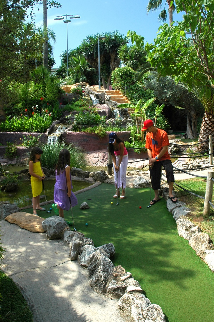 Have fun under the sun in the great Mini-Golf Campus of Golf Fantasia! Play in a tropical environment against family and friends.
