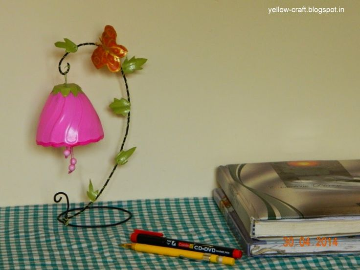 Diy plastic bottle table decor changing the look of it for Decoration with waste bottles