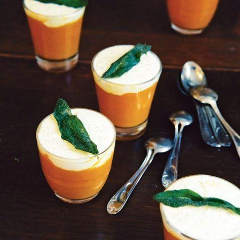 Een chique voorgerechtje dat het perfect doet op een winterse feestavond. Met dit recept van pompoencrème met geitenkaasroom en salie van Yvette van Boven maak je zeker weten indruk op al je gasten. Serveer het in feestelijke glaasjes. 1 Schil...