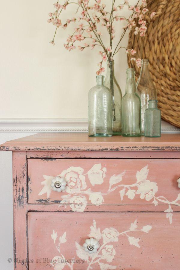 Cajonera rosa envejecida ornamentada con flores blancos