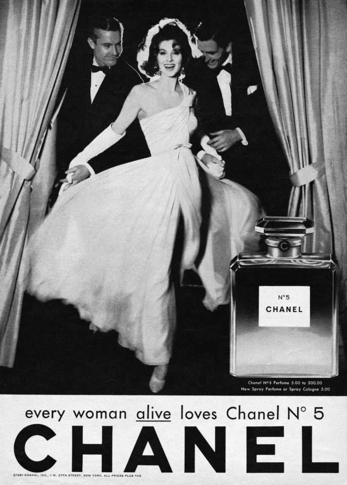 Susy Parker fotografata da Richard Avedon per la campagna pubblicitaria di Chanel N5