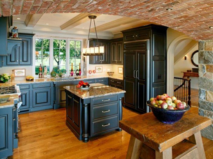 cuisine équipée, armoires de cuisine peintes en bleu, îlot centrale avec comptoir en granite, modele de cuisine