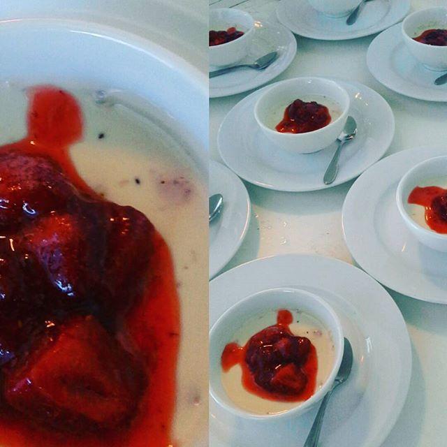 Panna Cotta, Pannacotta o Panacota. Como sea, este postre tradicional italiano que preparamos para el almuerzo de training day de ayer, de frutillas con coulis de la misma fruta estaba muy rico  #pannacotta #panacota #frutillas #strawberry #catering #banquetería #lunch #almuerzo #trainingday #curauma #placilla  #placilladepeñuelas #valparaíso #yummy #casablancavalley