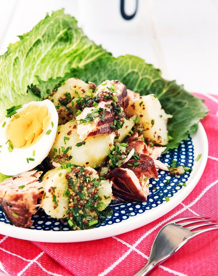 Sinappinen peruna-savukalasalaatti // Salad with Smoked Salmon & Potatoes Food & Style Elina Jyväs Photo Timo Pyykkö Maku 4/2014, www.maku.fi