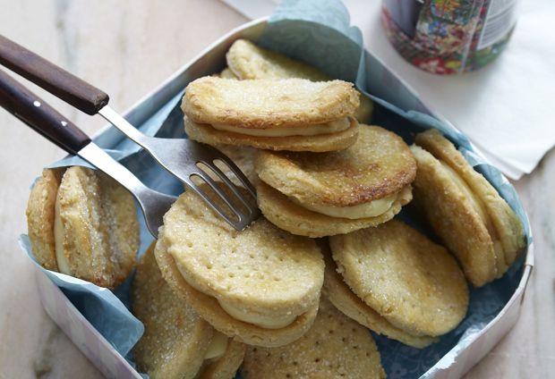 Bag selv franske vafler, og se hvor godt de smager, når de er helt friske. De sprøde kiks fyldes med en lækker vaniljecreme, som man kan blive helt afhængig af!
