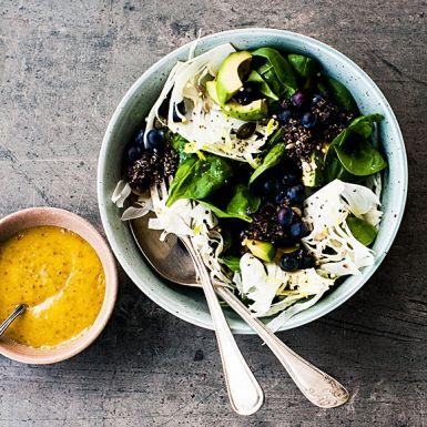 Svart quinoa blir ett dramatiskt inslag i den här salladen med solgul senapsdressing och blandade frön. Det kanske låter lite konstigt att kombinera blåbär med fänkål, avokado och spenat, men våga prova för det blir otroligt gott. Inte minst till gravad lax.